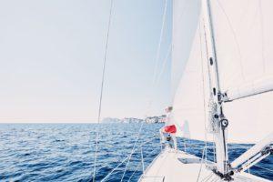 velero en alta mar